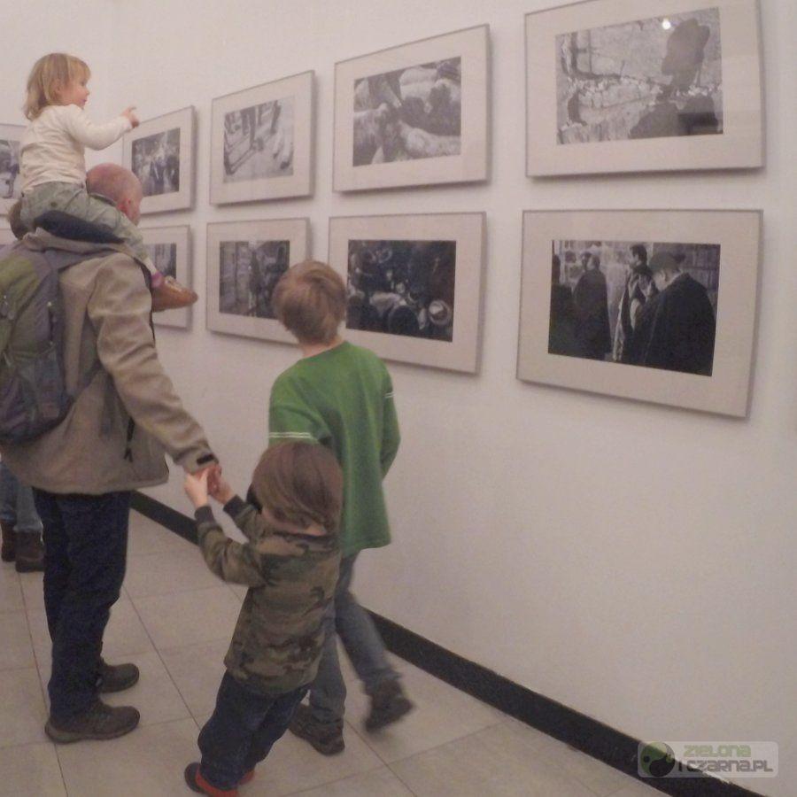 """Rodzice z dziećmi odwiedzili wystawę Pawłą Figurskiego """"ISRAEL#TAGS"""""""
