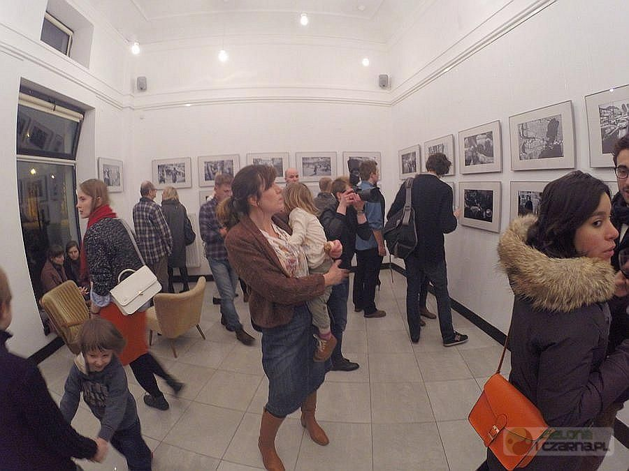 ISRAEL#TAGS Paweł Figurski. Wystawę odwiedziło dużo ludzi, wśród nich byli też rodzice z małymi dziećmi.