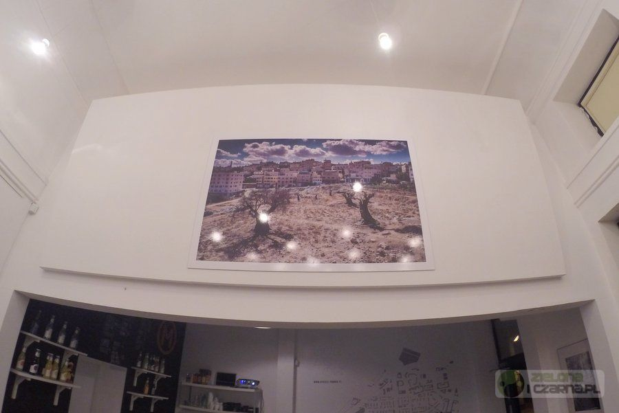 """Jedyne kolorowe zdjęcie na wystawie Pawła Figurskiego """"ISRAEL#TAGS"""""""