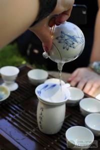 Zalewanie herbaty do naczynia sprawiedliwości