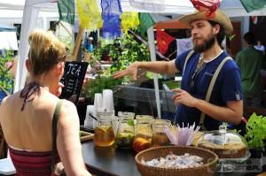 Rafał Przybylok sprzedaje mrożoną herbatę. Święto Herbaty 2015
